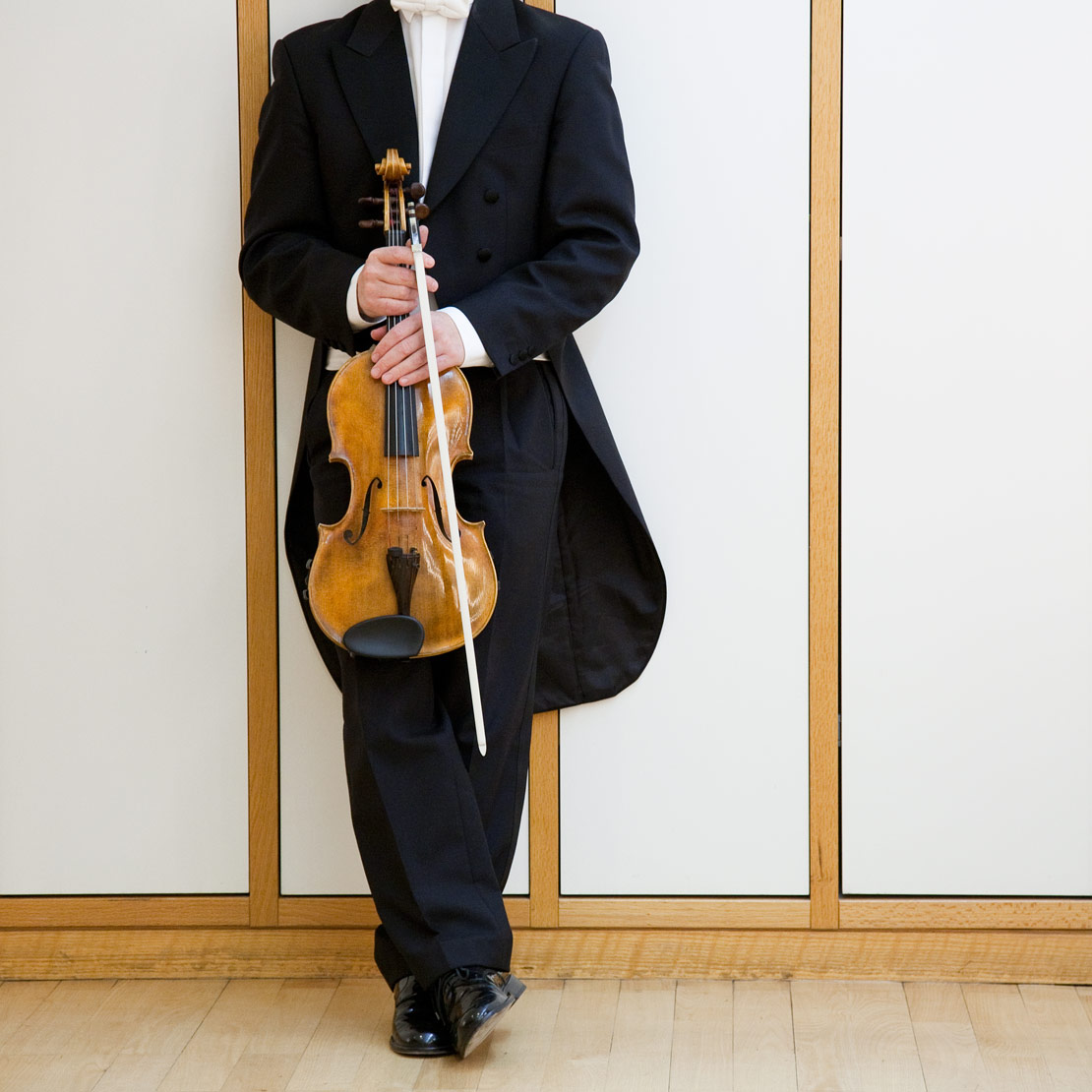catrin_moritz_guerzenich_orchester_11, mann, frach, violine, bogen, ohne kopf